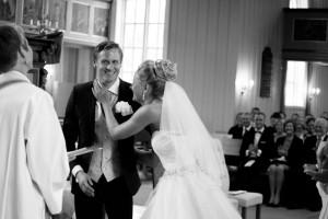 fotograf stina gronbech dokumentar bryllup kirke kyss 300x200 fotograf stina gronbech dokumentar bryllup kirke kyss