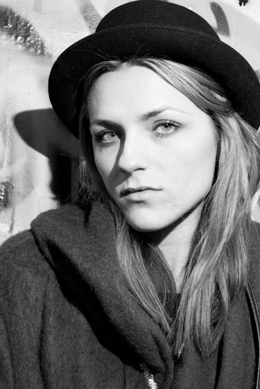 Stina Grønbech fotograf tromsø sorthvitt bw portrett jente