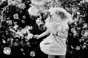 fotograf stina gronbech portrett jente lykke bobler 300x200 fotograf stina gronbech portrett jente lykke bobler