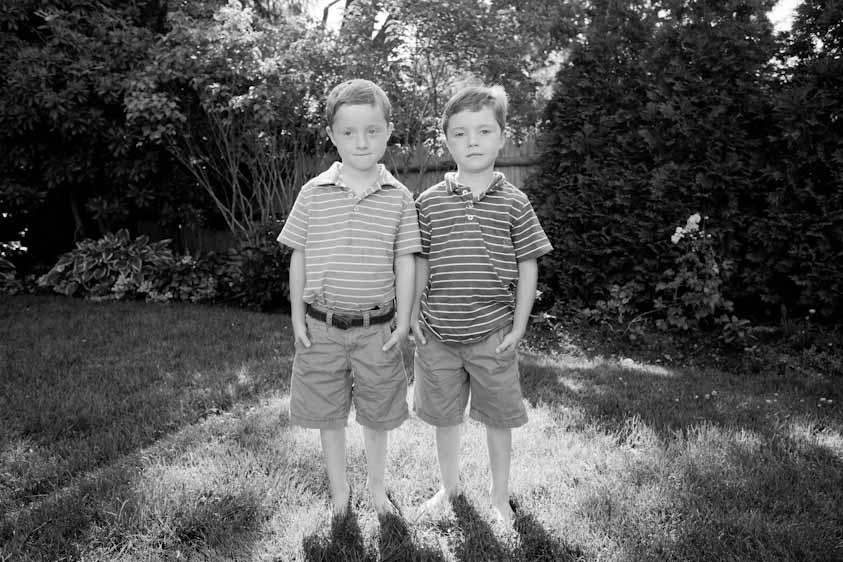 Stina Grønbech fotograf tromsø sorthvitt bw portrett tvillinggutter